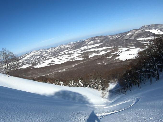 雛岳の沢状地形の写真