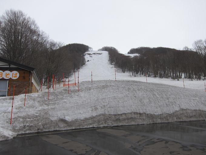 スキー場山麓に雪がある写真