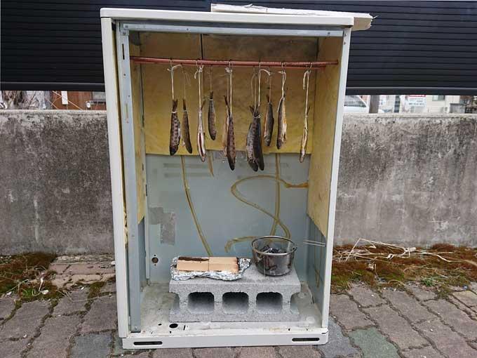 自作の燻製器の写真