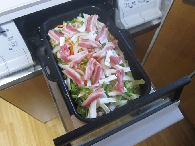 肉と野菜をのせたところ